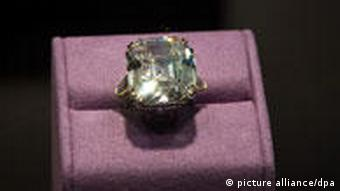 جواهرات وی پیش از حراج در شماری از شهرهای جهان به نمایش درآمده بودند