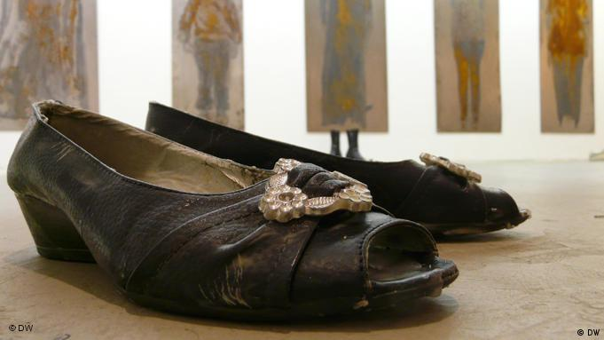 Schwarze Pumps in der Bonner Ausstellung 'Tell me the Story about your shoes' (Foto: DW)