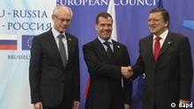 European Council President Herman Van Rompuy, left, and European Commission President Jose Manuel Barroso, right, welcome Russia's President Dmitry Medvedev, at the European Council building in Brussels for the twice-yearly meeting, Thursday, Dec. 15, 2011. Diplomats say the European Union and Russia will tackle issues ranging from Moscow's help in the euro crisis, to visa liberalization and the contentious Russian election at their 28th summit. (Foto:Yves Logghe/AP/dapd)