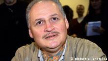 ARCHIV - Der einstige venezuelanische Top-Terrorist Illich Ramirez Sanchez alias «Carlos» wartet am 28.11.2000 in einem Pariser Gerichtssaal im Prozess um den OPEC-Anschlag auf die Befragung durch einen deutschen Staatsanwalt. Carlos agierte mit einem Netzwerk von Terroristen in unterschiedlichen Ländern. Das spektakulärste Attentat eines Carlos- Kommandos war der Überfall auf die Konferenz der OPEC-Ölminister 1975 in Wien, bei dem drei Personen erschossen wurden. Seit sechs Wochen steht er wegen vier Anschlägen in Paris vor Gericht. Die Staatsanwaltschaft für den Ex-Top-Terroristen lebenslange Haft und anschließende Sicherungsverwahrung beantragt. Das Urteil wird für Donnerstag oder Freitag erwartet. Foto: Thomas Coex dpa (zu dpa 0971 am 14.12.2011) +++(c) dpa - Bildfunk+++
