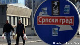 Saobraćajni znak u Mitrovic na kojem stoji naljepnica Srpski grad