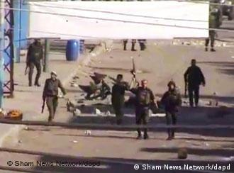 In this image from TV shown on the internet made available by the Sham News Network Tuesday Dec. 20, 2011,soldiers walk down the street in Daraa, Syria. Amateur video emerged on Monday, Dec.19, 2011, from Syria, which purported to show ongoing violence in the restive country. (Foto: Sham News Network, via APTN/AP/dapd) TV OUT THE ASSOCIATED PRESS HAS NO WAY OF INDEPENDENTLY VERIFYING THE CONTENT, LOCATION OR DATE OF THIS VIDEO IMAGE.