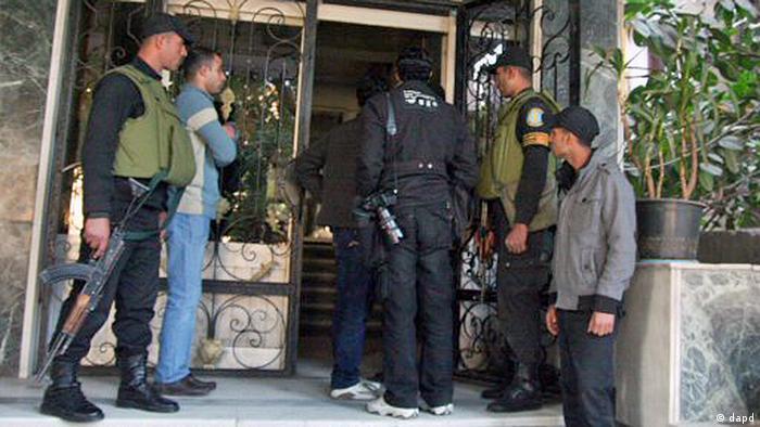 ماموران انتظامی حین تفتیش یک سازمان غیردولتی در قاهره