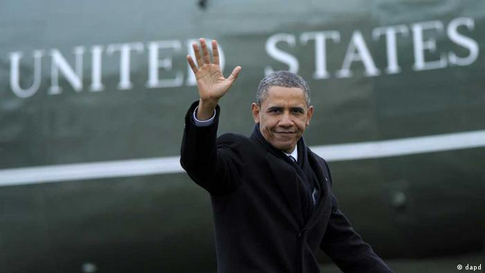 President Barack Obama waves after stepping off Marine One on the South Lawn of the White House in Washington, Wednesday, Jan. 4, 2012, after returning from a trip to Cleveland. (Foto:Susan Walsh/AP/dapd)