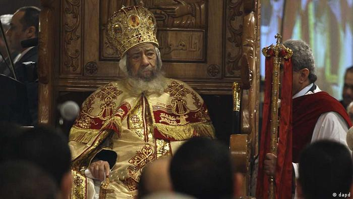 Coptic Pope Shenouda III leads Christmas Eve Mass at the Coptic cathedral in Cairo, Egypt, Friday, Jan. 6, 2012. This is the first Christmas since Egypt's uprising that toppled Hosni Mubarak and is the first since last year's massive explosion at a church in Alexandria, which happened under Mubarak's regime, but the culprits were never identified. Many Muslims have volunteered to protect churches in an attempt to allay fears. (Foto:Maya Alleruzzo/AP/dapd)