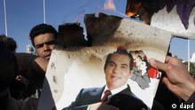 Demonstranten verbrennen in Tunis, der tunesischen Hauptstadt, ein Bild des frueheren Praesidenten Zine El Abidine Ben Ali (Foto vom 24.01.11). Vor einem Jahr, am 13. Januar 2011, kuendigte Ben Ali seine Ruecktritt an und verliess am folgenden Tag das Land. (zu dapd-Text) Foto: Christophe Ena/AP/dapd