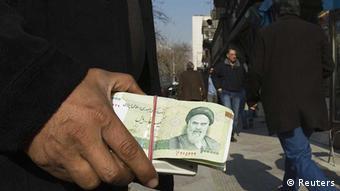 صرافها از فروش ارز به مشتریان سرباز میزنند.