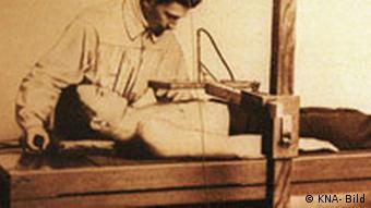 Wilhelm Conrad Röntgen mit Patient