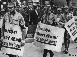 SA-Männer auf einem Hetzmarsch gegen die jüdische Bevölkerung