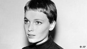 میا فارو، هنرپیشه معروف آمریکایی، در دهه ۱۹۸۰ شریک زندگی وودی آلن بود
