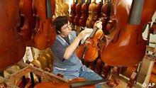 Manchmal hängt der Himmel tatsächlich voller Geigen. Zum Beispiel bei der Geigenbauerin Brigitte Man von der Firma Klier aus Bubenreuth bei. Rund 5.000 der Saiteninstrumente verlassen jedes Jahr die Werkstatt der 1887 gegründeten Geigenbaufirma. Konkurrenz droht dem alten Handwerk in Deutschland vor allem aus Osteuropa und Asien. Viele Firmen müssen so auf Kurzarbeit umstellen oder den Betrieb gar schließen.