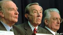 Secretary of State Warren Christopher, center, is flanked by Bosnian President Alija Izetbegovic, left, and Croatian President Franjo Tudjman during speeches Friday, Nov. 10, 1995, at Wright-Patterson Air Force Base in Dayton, Ohio, where an accord was signed. The accord bolsters a Muslim-Croat alliance that is seen as a fundamental building block for a Bosnia peace agreement. (AP Photo/Joe Marquette, Pool) (Photo für Kalenderblatt)