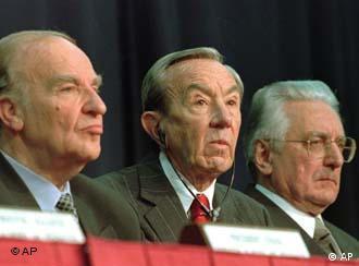 Кристофер (в центре) на подписании Дейтонского мирного соглашения