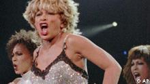 Recording artist Tina Turner, center, performs during her 'Wildest Dreams' tour concert, Saturday night, May 10, 1997, in Las Vegas. Turner performed in front of a sold out audience of over 13,000 people. It was Turner's first performance in Las Vegas in nearly 10 years. (AP Photo/Lennox McLendon) (Photo für Kalenderblatt)
