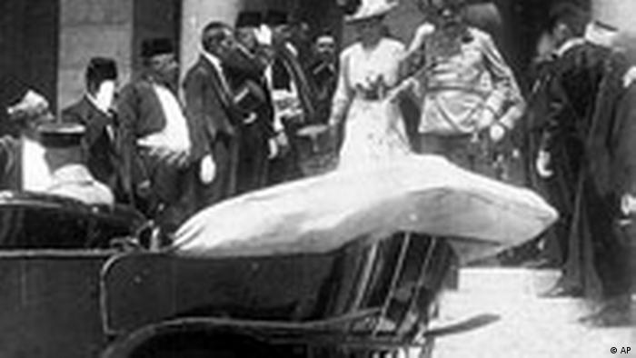 Ermordung des österreichisch-ungarischen Thronfolgers Erzherzog Franz Ferdinand und seiner Gemahlin Sophie durch den bosnisch-serbischen Attentäter Gavrilo Princip.