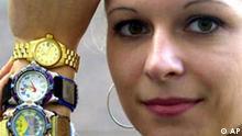 Ramona Eimler von der IHK Frankfurt an der Oder posiert mit gefälschte Markenuhren aus der Ausstellung Original-Plagiat in Frankfurt an der Oder. Plagiate, die sich oft nur schwer von den Originalen unterscheiden lassen, sind nach Angaben des Aktionskreises Deutsche Wirtschaft gegen Produkt- und Markenpiraterie immer weiter verbreitet. Im Softwarebereich sollen Fälschungen danach schon einen Marktanteil von 40 Prozent haben, bei Armbanduhren sind es immerhin fünf Prozent.