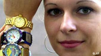 Ramona Eimler von der IHK Frankfurt an der Oder posiert mit gefälschten Markenuhren. Quelle: ap