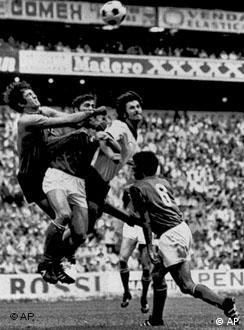 Aerial Bomber: Gerd Müller challenges the Italian defense in Mexico
