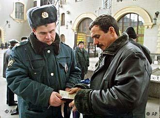 Проверка документов на улицах Москвы (фото из архива)