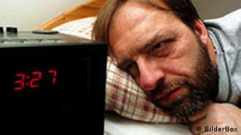 Mann leidet unter Schlaflosigkeit