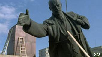 Eine Lenin-Statue wird umgestürzt (Foto: AP)