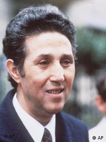 احمد بن بلا در سال ۱۹۸۱ در پاریس، پس از آنکه تا سال ۱۹۷۹ در زندان و حصر خانگی به سر برد