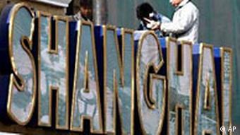 Schanghai Schild wird geputzt