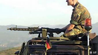 Bundeswehrsoldat 2001 im südlichen Kosovo auf einem Panzer (Foto: AP)