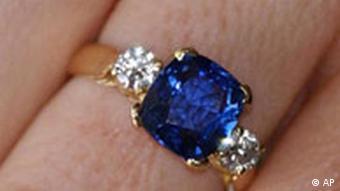 Blauer Saphir an der Hand einer schönen Frau (nicht im Bild) Juwelier Schmuck