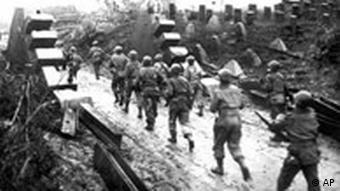 Amerikanische Truppen passieren den Westwall den Hitlerdeutschland entlang des Atlantiks gegen die Allierten aufgebaut hatten