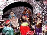 Weihnachtskrippe. Maria hält Jesus auf dem Schoß. Josef steht daneben. Die heiligen drei Könige kommen, um das Jesuskind zu ehren. (Bilderbox)