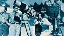 Leni Riefenstahl überprüft eine Kamera-Einstellung