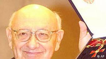 Literaturkritiker Marcel Reich-Ranicki haelt am Dienstagabend, 17. Dezember 2002, in der Deutschen Bibliothek in Frankfurt das Grosse Verdienstkreuz mit mit Stern des Verdienstordens der Bundesrepublik Deutschland hoch.