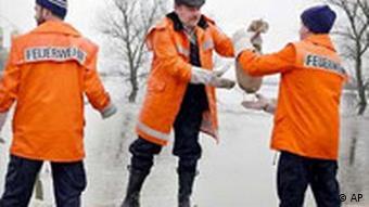 Hochwasser Feuerwehrleute stapeln Sandsäcke in Leubingen