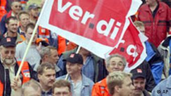 صحنهای از یک تظاهرات سندیکایی، در میان جمعیت پلاکارد VERDI، سندیکای بخش خدمات، دیده میشود