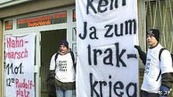 Anti Irak-Kiegsdemonstration vor der Bezirks-Parteizentrale der SPD in Köln