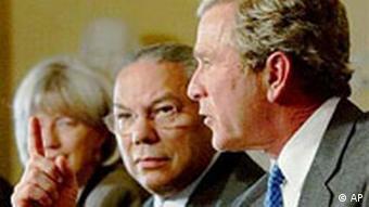 Präsident Bush, rechts, und Staatssekretär Colin Powell, mitte während eines Kabinetttreffens im Weissen Haus