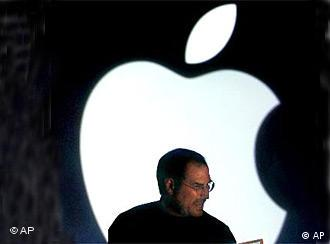 Apple-Chef Steve Jobs vor dem Apple-Logo (Foto: AP)