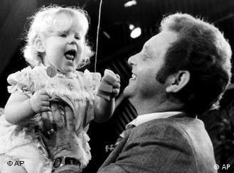 Американка Луиза Браун (на курах в отца) стала первым ребенком, зачатым в пробирке