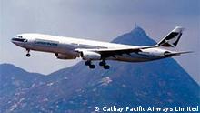 Ein Cathay Pacific Airbus landet in Hong Kong