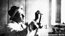 Friedrich Wilhelm Murnau um 1925 mit Filmstreifen Ausstellung Filmmuseum Berlin