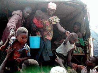 Ivorian families getting off a truck in Liberia
