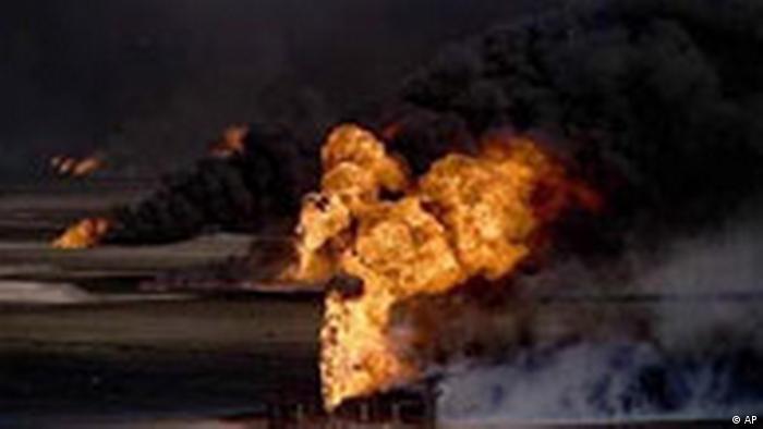 Além de abrir válvuas, soldados iraquianos incediaram os campos de petróleo no Kuwait