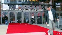 Rascho Galic verlegt den roten Teppich vor dem Berlinale-Palast in Berlin am Mittwoch, dem 5. Februar 2003. Die 53. Berlinale dauert vom 6.- 16. Februar 2003. 300 Filme werden gezeigt. (AP Photo/Jockel Finck) ---- Rascho Galic prepares the red carpet in front of the main movie theatre of the Berlinale movie festival in Berlin, Wednesday, Feb. 5, 2003. The festival opens on Feb. 6 and lasts until Feb. 16, 2003. 300 movies from all over the world will be shown the the 53rd Berlinale. (AP Photo/Jockel Finck)