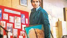 ** HANDOUT ** Das undatierte Handoutbild zeigt Daniel Bruehl in der Rolle des Alex im Film Good Bye, Lenin!. Die DDR-Tragikkomoedie von Wolfgang Becker wurde am Freitag, 6. Juni 2003, mit dem Deutschen Filmpreis in Gold als bester Film ausgezeichnet. (AP Photo/X-Filme, HO) ** NO SALES - NUR ZUR REDAKTIONELLEN VERWENDUNG IM ZUSAMMENHANG MIT DER BERICHTERSTATTUNG UEBER DEN FILM **