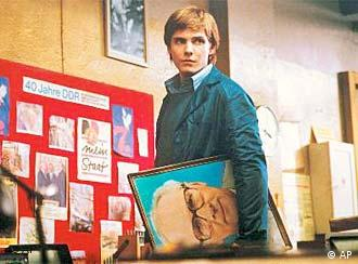 Daniel Brühl mit Honecker-Bild unterm Arm in Good Bye Lenin (AP Photo/X-Filme, HO)