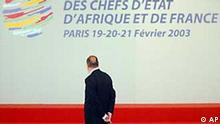 Der französische Präsident Chirac vor dem Logo des 22. Frankreich-Afrika-Gipfels (Februar 2003) in Paris