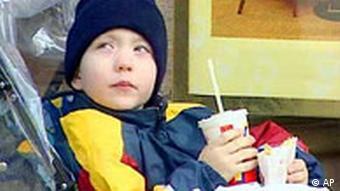 Kind im Kinderwagen mit Fast Food