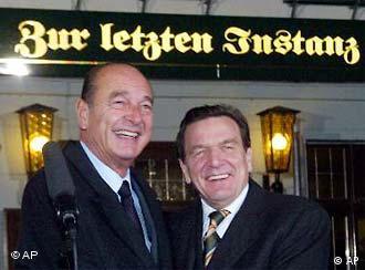 Jacques Chirac und Gerhard Schröder vor dem Gasthaus