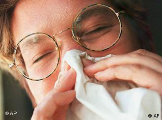 primer plano de un joven estornudando